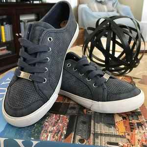 NWOT G by Guess Baylee Sneakers Smoke Blue 7.5